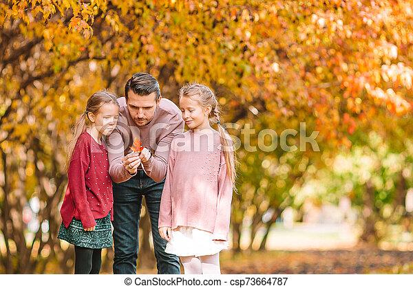automne, beau, famille, gosses, jour, parc, papa - csp73664787