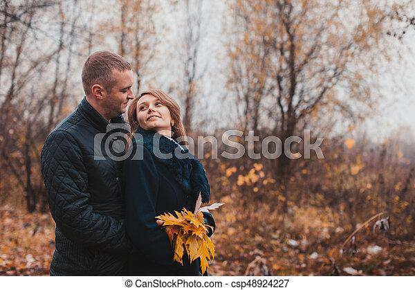 automne, couple, parc, heureux - csp48924227