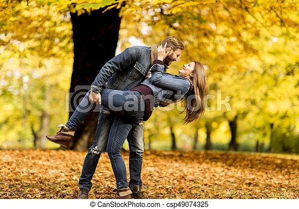 automne, couple, parc, jeune, aimer - csp49074325