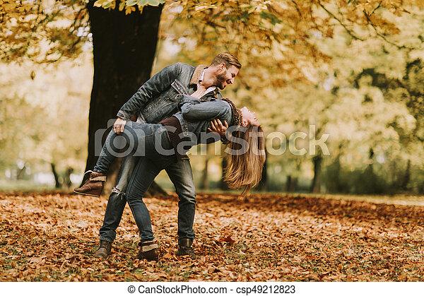 automne, couple, parc, jeune, aimer - csp49212823