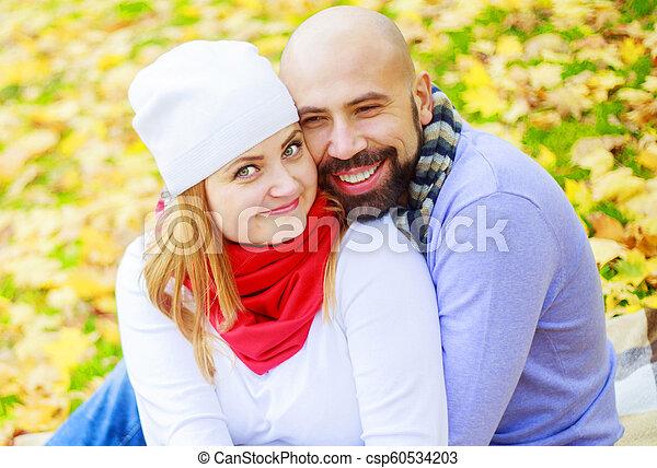 automne, couple, parc, jeune, heureux - csp60534203