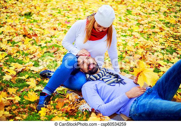 automne, couple, parc, jeune, heureux - csp60534259