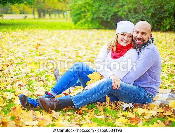 automne, couple, parc, jeune, heureux - csp60534196