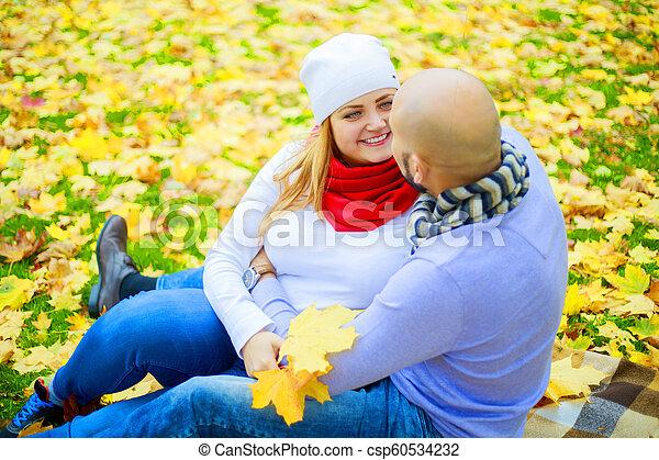 automne, couple, parc, jeune, heureux - csp60534232