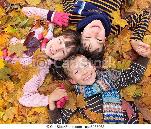 automne, enfants jouer - csp6253062