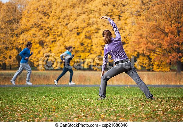 automne, femme, clairière - csp21680846
