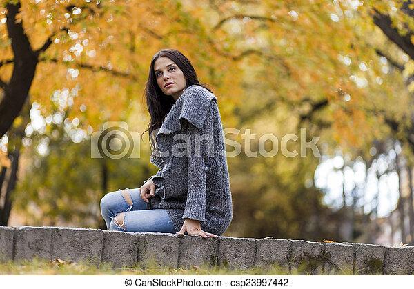 automne, femme, parc, jeune - csp23997442