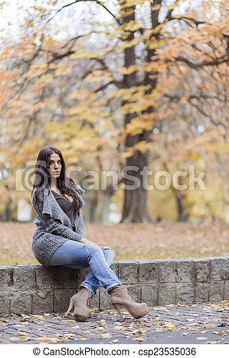 automne, femme, parc, jeune - csp23535036