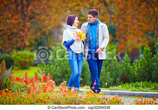 automne, marche, parc, couple, heureux - csp32294538