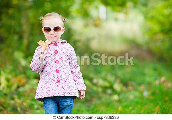 automne, mignon, girl, parc - csp7336336