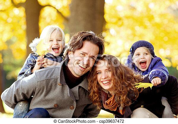 automne, parc, jeune famille - csp39637472