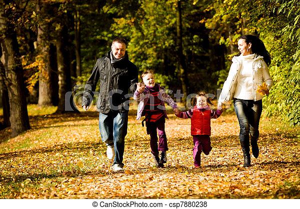 automne, parc, jeune famille - csp7880238