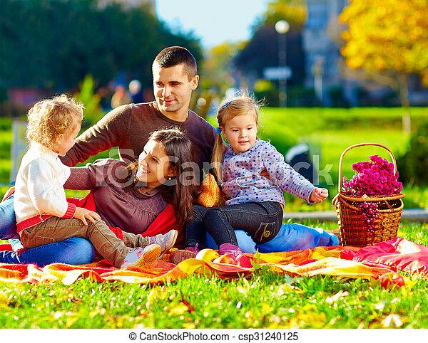 automne, parc, pique-nique, famille, heureux - csp31240125