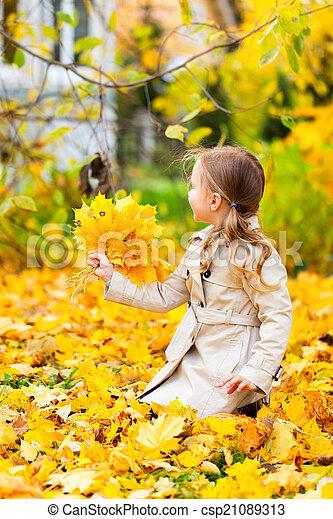 automne, petite fille, jour, dehors - csp21089313