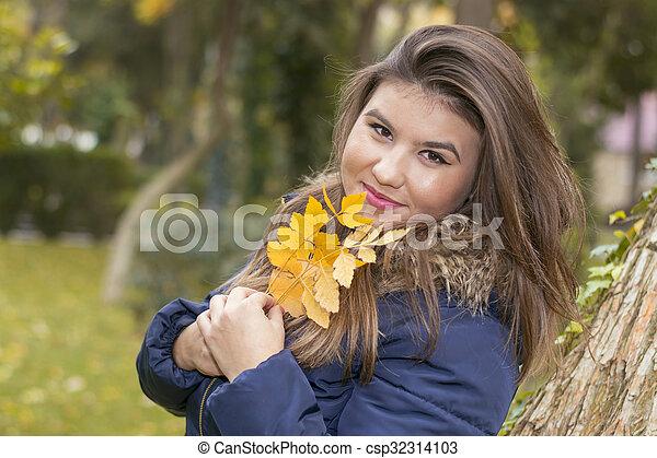 automne, portrait, femme, parc, jeune - csp32314103