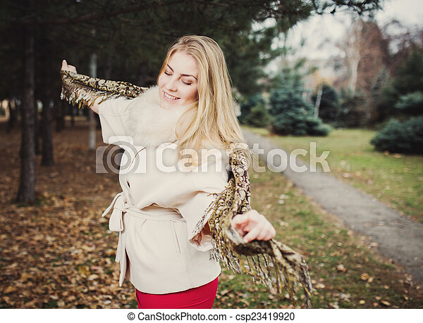 automne, portrait, femme, parc, jeune - csp23419920