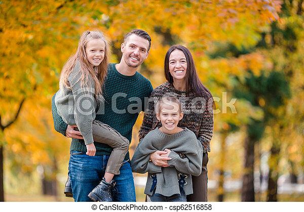 automne, quatre, famille heureuse, portrait - csp62516858