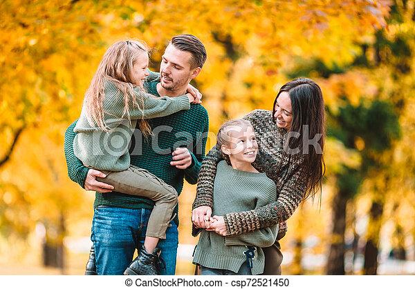 automne, quatre, famille heureuse, portrait - csp72521450