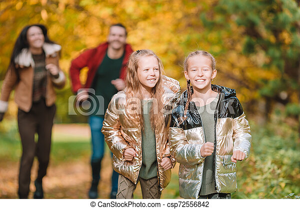 automne, quatre, famille heureuse, portrait - csp72556842
