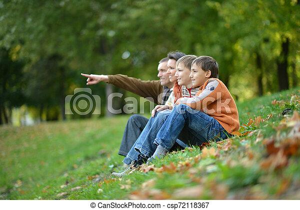automne, quatre, parc, portrait famille - csp72118367