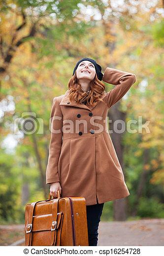 automne, roux, girl, extérieur, valise - csp16254728