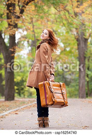automne, roux, girl, extérieur, valise - csp16254740