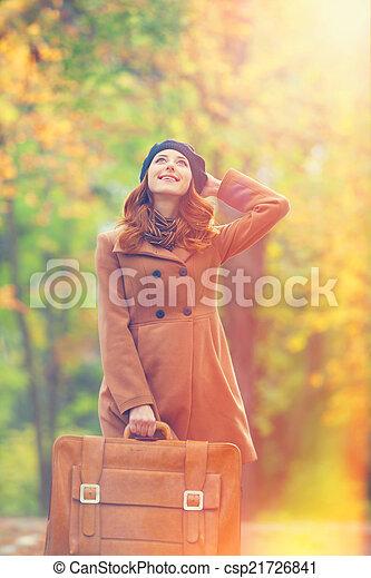 automne, roux, girl, extérieur, valise - csp21726841