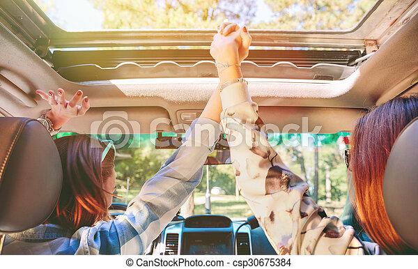 automobile, dentro, braccia, tenere mani, donne, innalzamento, felice - csp30675384