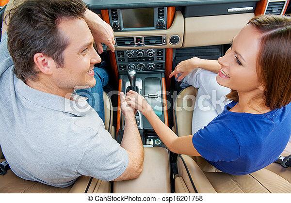 automobile, seduta, sposato, coupe, dall'aspetto, altro, tenere mani, ciascuno - csp16201758