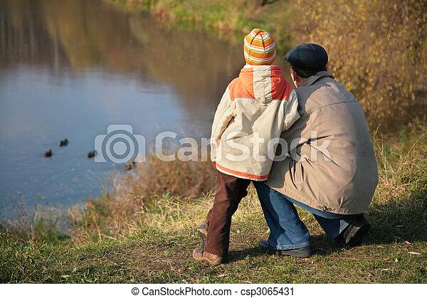 autunno, sguardo, nipote, nonno, acqua, dietro, anatre legno - csp3065431