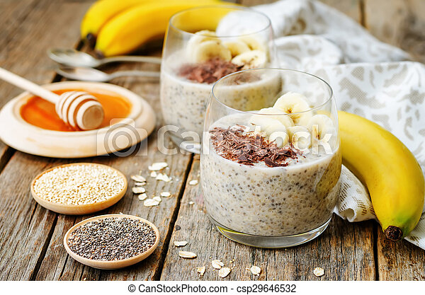 De la noche a la mañana pudín de semillas de quinoa Chia con plátano y chocolate - csp29646532