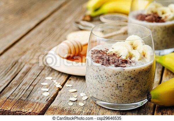 De la noche a la mañana pudín de semillas de quinoa Chia con plátano y chocolate - csp29646535