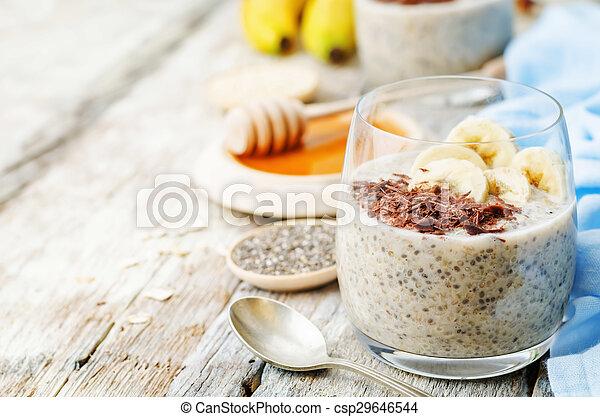 De la noche a la mañana pudín de semillas de quinoa Chia con plátano y chocolate - csp29646544