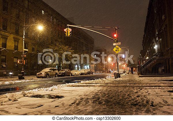 Nieve en la avenida Manhattan New York - csp13302600