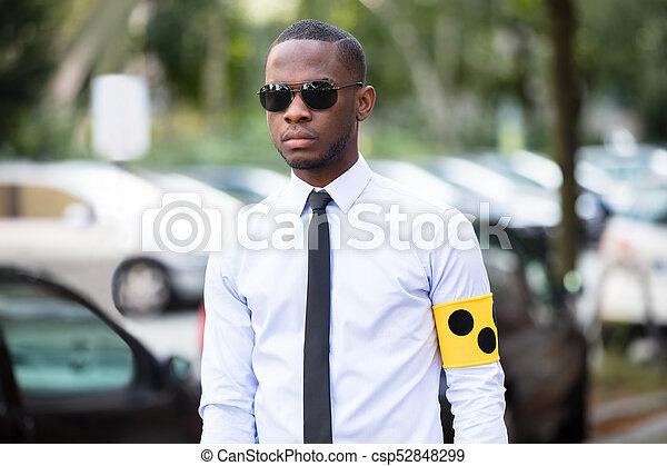 aveugle, lunettes soleil port, jaune, bande, bras, homme - csp52848299 646acaeeb285