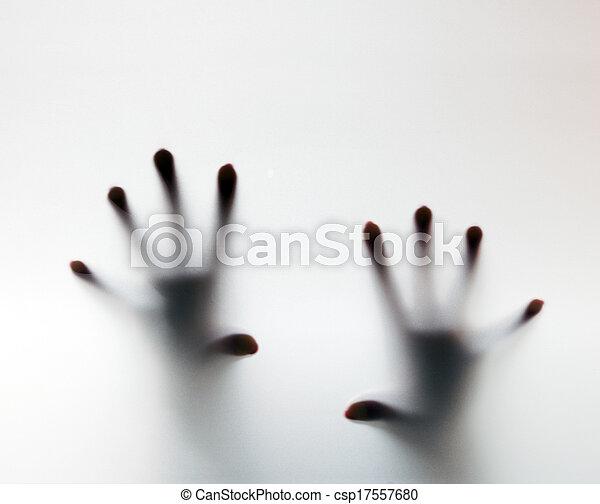 Las manos tocan vidrios glaseados. Conceptual grito de ayuda - csp17557680