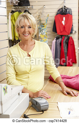 Vendedora de mujeres en la tienda de ropa - csp7414428