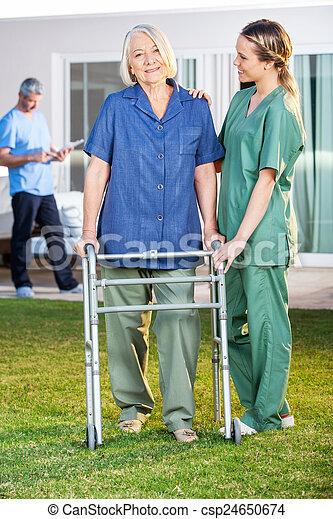 Ayudar, mujer, zimmer, caminata, enfermera, 3º edad, marco. Césped ...
