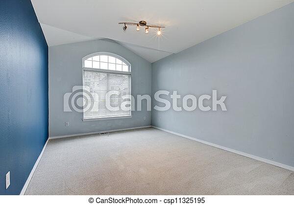 Una habitación vacía azul con alfombra y techo acorazado. - csp11325195