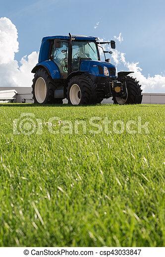 Un tractor agrícola azul - csp43033847