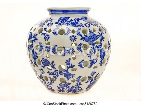 Un frasco de cerámica azul y blanco - csp8126750