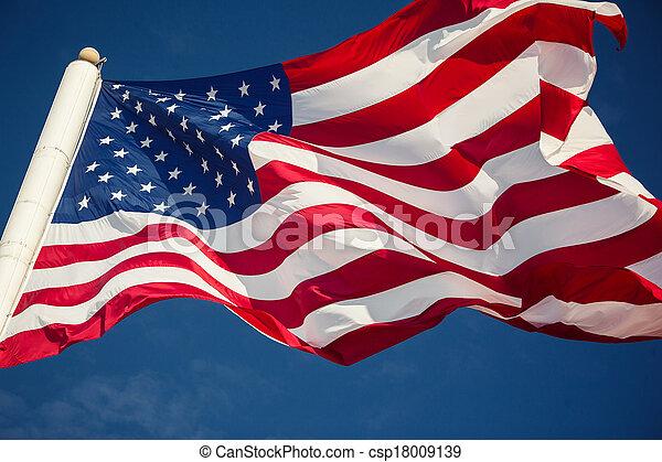 La bandera americana sobre el cielo azul - csp18009139