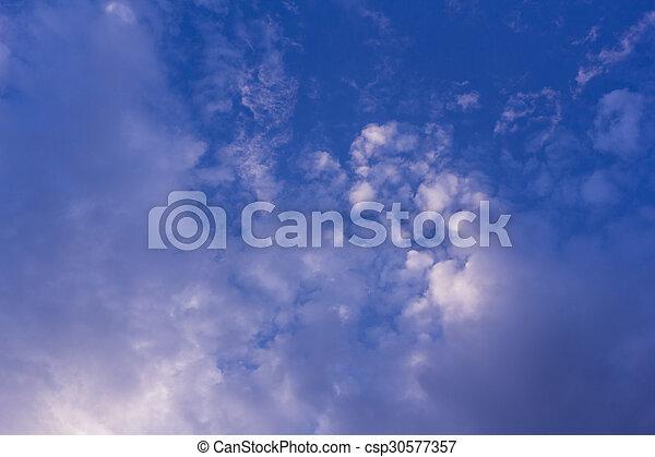 Cielo azul hermoso con nubes, textura y fondo - csp30577357
