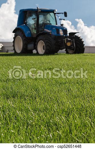 Un brillante tractor agrícola azul - csp52651448
