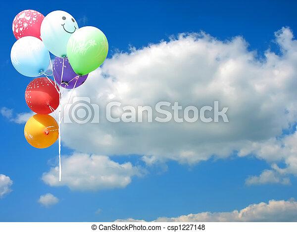 Globos de fiesta de color contra el cielo azul y lugar vacío para su texto - csp1227148