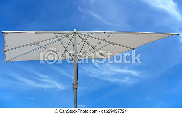 El concepto de paraguas de playa blanca sobre el cielo azul - csp29437724
