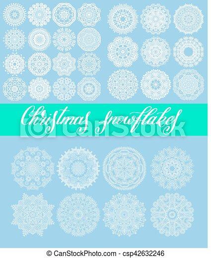 La decoración de copos de nieve de Navidad está aislada en el azul - csp42632246