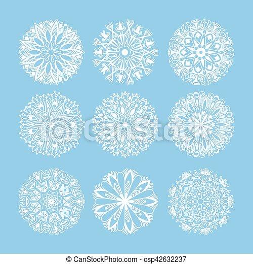 La decoración de copos de nieve de Navidad está aislada en el azul - csp42632237