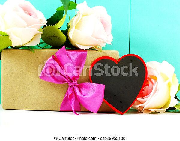 El corazón y las rosas flor con caja de regalo en el fondo azul - csp29955188