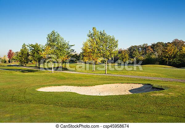 Campo de golf con cielo azul. - csp45958674